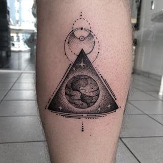 Aquí tienes un diseño si estás buscando un panorama de la Tierra más metafísico.   18 Tatuajes espaciales que amarás