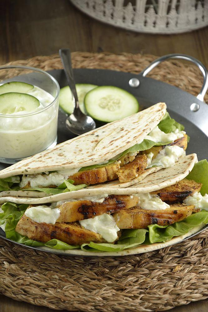 Prepara este saludable pan árabe relleno de pollo pita y Yoghurt. Es ideal si quieres una comida ligera y llena de sabor. Lleva una marinada con especias y una ríquisima salsa tzatziki con pepino.