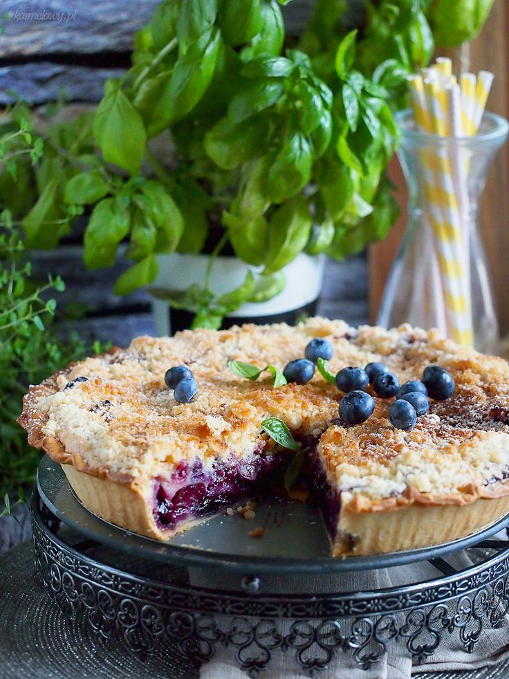 Creamy tart with cherries and berries crumble / Cherry and blueberry cream tart with streusel