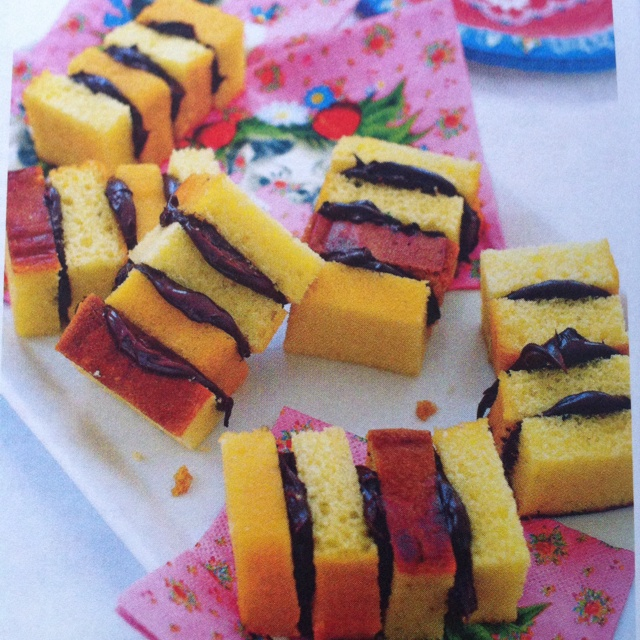 Zebra cakjes; een plakje cake in 4 stukken snijden en vastplakken met pasta.