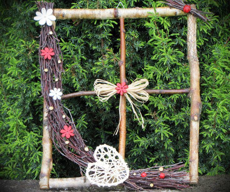 Rozkvetlé... Okýnko z březových větví,dozdobené dřevotřískovými kytičkami,lýkovou mašličkou,beruškami,březovými špalíčky a pedigovým srdíčkem. Okýnko má přidělaný háček na zavěšení. Velké je 35 x 27cm