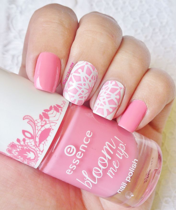 Mandala nails --- Essie Blanc - Essence Chasing Lacy - Stamping plate Pueen n°63