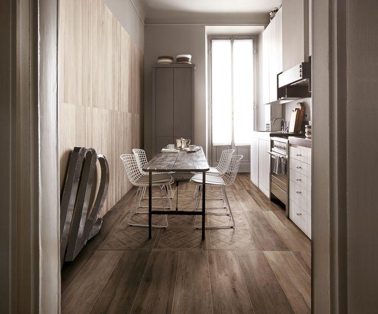 Cucina con piastrelle in gres effetto parquet. Pavimento dalle alte qualità estetiche. Collezione Travel