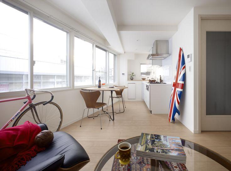 賃貸マンションのリノベーション。キッチンはコンパクトにまとめリビングを広めに確保しました。断熱性確保のためにホワイト色の内窓を取り付け、入居者の居住性を高めています。賃貸物件としての魅力も同時にUPしました。