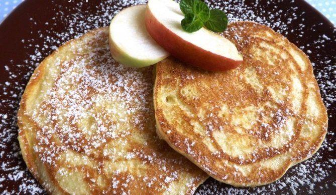 Veľakrát rozmýšľame ako do maličkých tiel našich detí dostať vitamíny. Najlepšou formou je ovocie, ktoré avšak mnoho detí vsurovom stave odmieta. Unás sú tieto lievance veľmi obľúbené aaspoň vtakomto stave sa nám podarí presadiť udetí jablká. Budeme potrebovať: 2 vajíčka 1 vanilkový cukor 2 PL cukru štipka soli 1 hrnček hladkej múky 1 hrnček mlieka