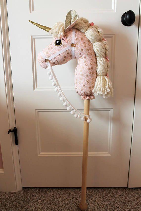 Unsere handgemachten Steckenpferde (Steckenpferde) sind ein wunderbarer Freund für Ihre Kleinen. Wir möchten einfallsreiches Spiel fördern und eine einfachere Spielzeit als früher ermöglichen. Wenn Sie einen einzigartigen Ort, ein hochwertiges Geburtstags- oder Weihnachtsgeschenk suchen, haben Sie ihn gefunden! Dadurch entsteht auch ein wunderschönes Baby-Dekorationskinderzimmer, das mit dem heranwachsenden Kind gespielt werden kann. Jedes Pferd wird mit einer Adoptionsbescheinigung für das glückliche Pferd geliefert. Jedes Pferd ist zu 100% aus … – Tracy   – Tiere