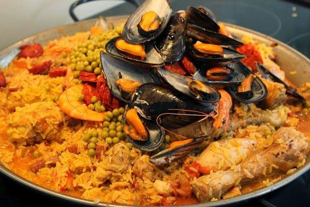 Maak een uitgebreide paella deze zomer in de grote paellapannen van Vaello. Nodig de hele familie of een grote groep vrienden uit voor een mooi feestje met een Spaans thema en geniet van deze heerlijk zomerse maaltijd.