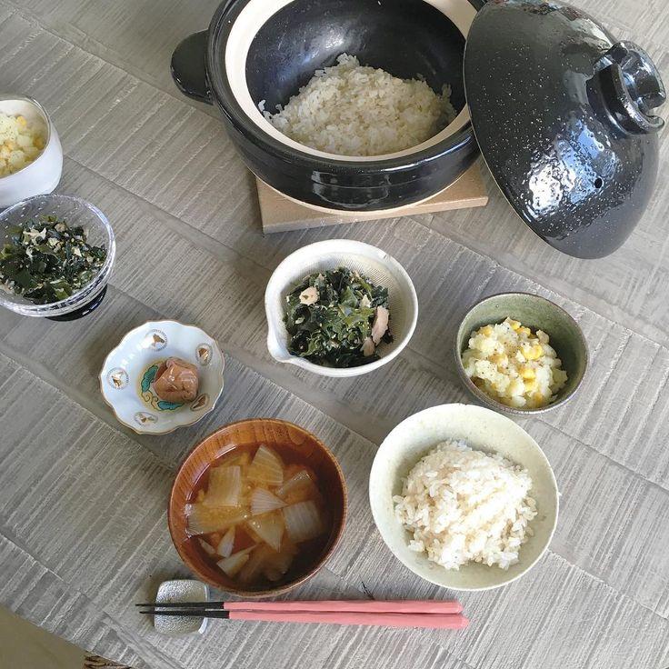 すっかりご飯を土鍋で炊く癖がついた◡̈お味噌汁も毎日小さい土鍋で作ってるよ質素なご飯大好きお味噌汁とご飯の位置間違えてる吉川食堂