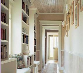 Интерьер узкого коридора с книжными полками