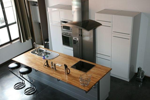 Grande cuisine moderne avec îlot central en bois