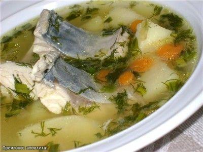 Прозрачный суп со скумбрией Скумбрию вычистить, порезать на порционные куск, залить водой и поставить варить. После закипания добавить спассерованный лук и морковь, корень петрушки, нарезанный кубиками картофель. Посолить, добавить черный перец горошком и молотый, лавровый лист. При подаче накрошить зелень.