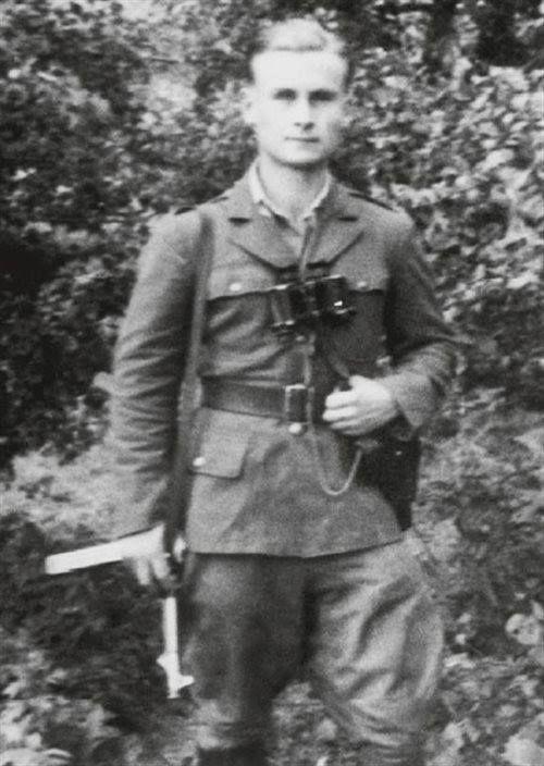 """Lipiec 1945. Ppor. Augustyn Dobrowolski """"Kruk"""", żołnierz Okręgu Wileńskiego AK, dowódca plutonu w 6. Brygadzie Wileńskiej AK. Zmarł 8 października 1996 w Warszawie."""