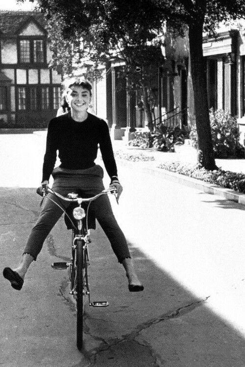 Audrey Hepburn (1948-1993) Le demostró al mundo que no sólo los extrovertidos pueden llegar a ser una leyenda, estuvo en la UNICEF para darle esperanzas a alguien, así como se las dieron a ella cuando lo perdió todo durante la 2da guerra mundial, inteligente, sensual, adorable, y esa carita angelical que enamora con tan sólo verla ^w^
