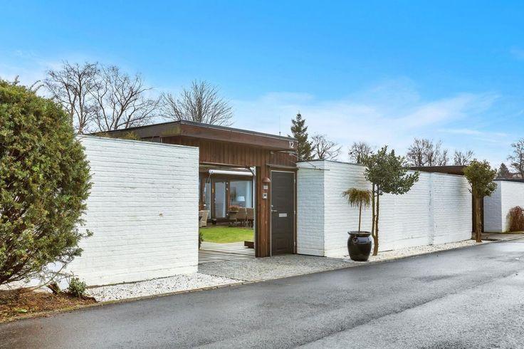 1 et.: gang, bad, toalett, 2 soverom, kjøkken og stue med utgang hage. Stor bod og carport med lagring i bakkant.