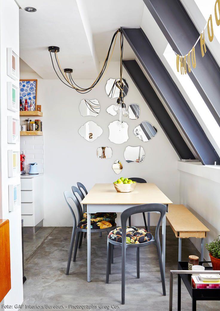Wer sein Esszimmer etwas aufpeppen möchte, kann seine Wand ganz einfach mit Spiegeln dekorieren. Fehlt nur noch eine moderne Kabelleuchte, welche das Licht eindrucksvoll im Raum verteilt. Zusammen mit den bunt gepolsterten Stühlen entsteht so ein stimmiges Ensemble.