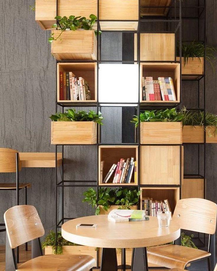 Cheia de estilo,a estante metálica é feita com caixas de madeira ! Simples e bela! || This stylish metal bookcase is made of wooden boxes!