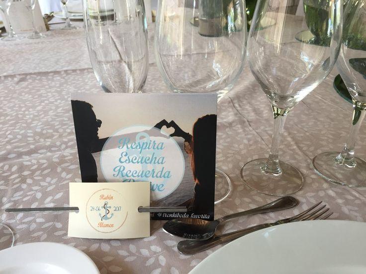 CD Personalizado con toda la música que sonaba en la boda para que todos los invitados tuvieran en el recuerdo las canciones que sonaron. También se ven dos bengalas para encender cuando entrasen los novios al banquete.  Por supuesto, personalizado con el logo de los novios, con fecha del enlace y sus nombres