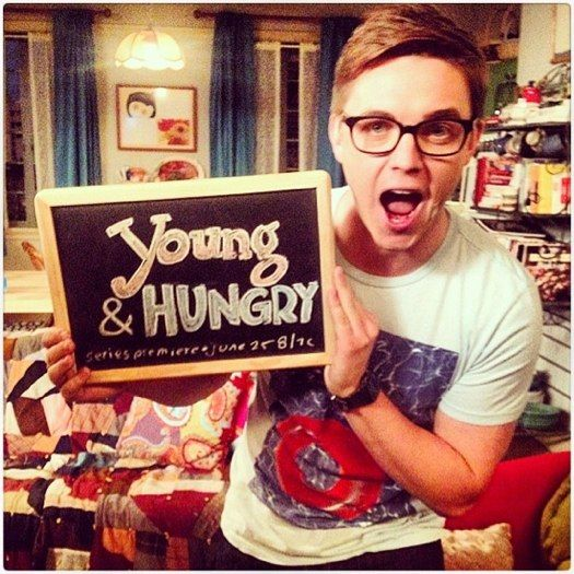 "Jesse McCartney wins the web on the set of ""Young & Hungry"""