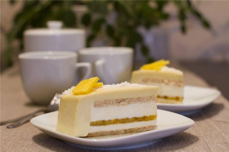 2 тонких слоя кокосового дакуаза, манговый компоте, кокосовый и манговый муссы. Очень вкусно, не приторно и нежно. Каждый кто попробовал этот торт высказывал…