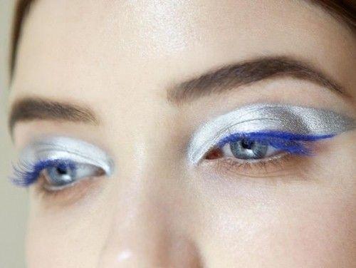 Ombretto grigio metallizzato su tutta la palpebra mobile e mascara blu per uno sguardo sexy