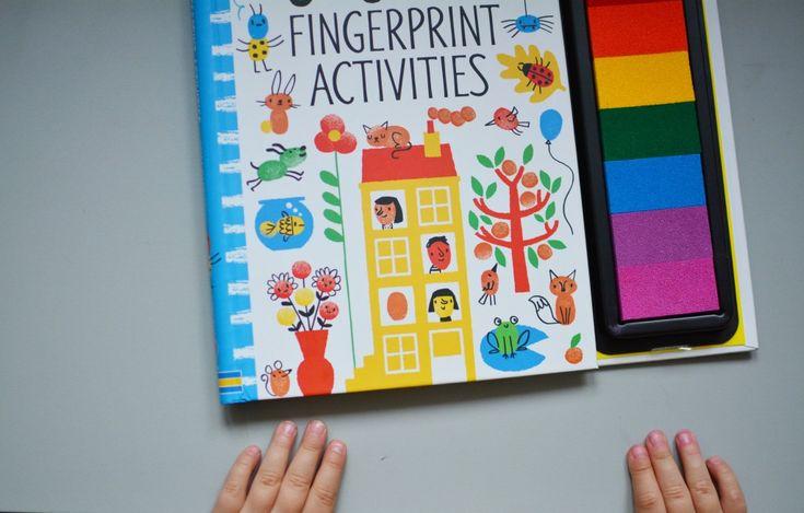 Usborne fingerprint activities  Absolutnie genialna książka z tęczowym pudełkiem z tuszem. Odbijając opuszki palców w farbie tworzymy wspaniałe opowieści. Palec wskazujący może odbić żabę lub pająka, a najmniejszy palec stworzy płatki kwiatów. Od nas zależy kolor i intensywność barwy. Po wyschnięciu tuszu możemy dorysować brakujące członki. Świetna  w swojej prostocie, a zarazem bardzo atrakcyjna dla dzieci. Książka ma aż 64 strony, więc wystarczy na bardzo długo. Podczas zabawy ćwiczymy…