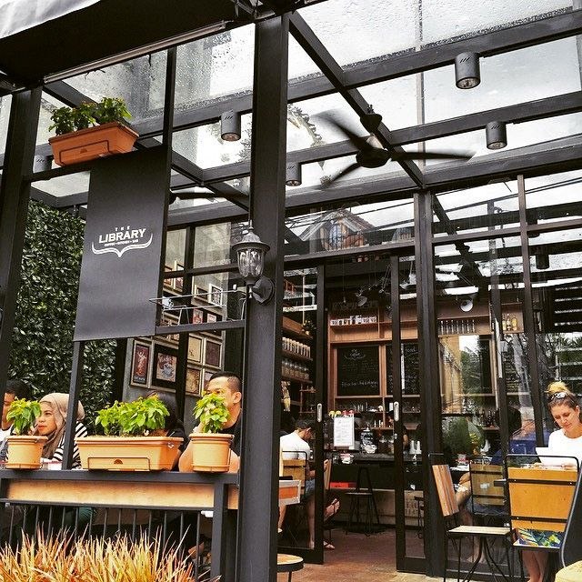 Terdapat area outdoor yang nyaman di area masuk cafe ini. Photo credit: IG @rockthetrend
