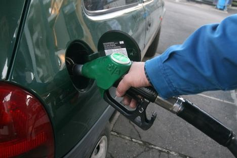 Ancora nuovi record per la benzina. In alcune aree del Paese la verde sfonda la barriera dei 2 euro. E gli automobilisti cominciano a boicottare i rifornimenti. Secondo le rilevazioni dell'Unione petrolifera e del ministero dello Sviluppo economico, nei primi due mesi dell'anno, la contrazione dei consumi di benzina e gasolio è stata del 9,6%. Un brusco ridimensionamento che non è servito, però, a ridurre la spesa: per il Centro Studi Promotor sempre a gennaio e febbraio è cresciuta…