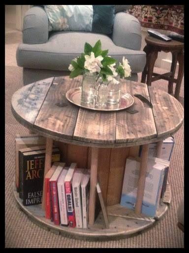 Bobina portacables utilizada como mesa ratona y biblioteca