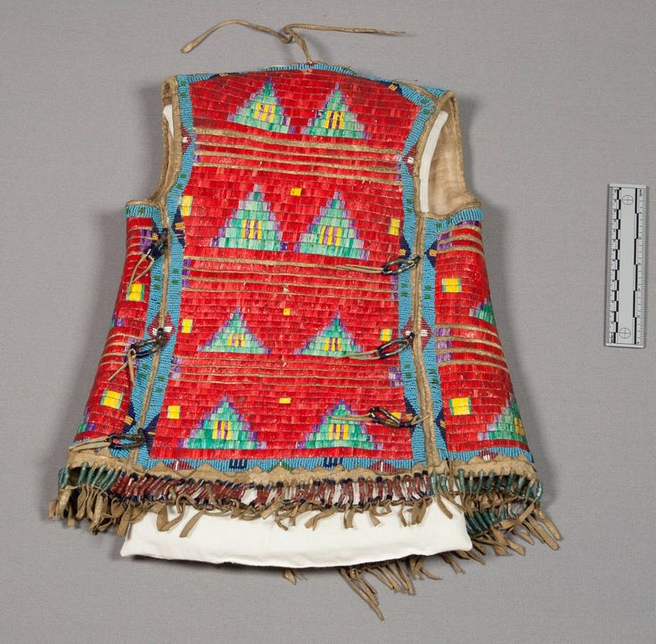 Жилетка, Шайены. Вид два. Размеры 18 х 13 дюймов. Victor J. Evans, 1931 год. Монтана/Оклахома. NMNH.