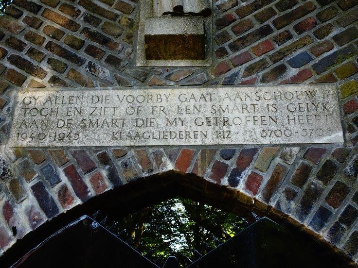 Gouda - Raoul Wallenbergplantsoen. Het 'Joods Poortje' werd in 1980 verplaatst van de oude joodse begraafplaats naar de huidige plek, en is nu een herdenkingsplaats voor de joodse slachtoffers van de holocaust. Het reliëfbeeld boven deze tekst is gemaakt door de joodse kunstenaar Jobs Wertheim. De vertaling van de Hebreeuwse woorden op de poort is: 'DIE GEBOREN WORDEN OM TE STERVEN, DE DODEN HERLEVEN.' Foto: G.J. Koppenaal - 14/9/2016.