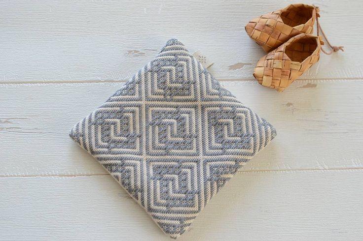 青森県津軽地方の伝統的な刺繍である「こぎん刺し」。手芸好きな人たちの間でひそかなブームになっています。布と針と糸があればすぐにできるので、趣味として始めるのにもピッタリ♪北欧雑貨やファブリックとも相性が良いので、おしゃれにアレンジできるのも良いところです。今回はこぎん刺しの基本的な縫い方や素敵な作品を見てみましょう。そのかわいさに今すぐ始めたくなってしまいますよ。図案やキットの通販などのご紹介もあります♪