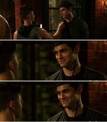 Malec in a season 2. Ah, this is the infamous jacket/no jacket scene.