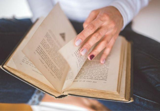 Zdroj: pexels.com  Jesenné počasie je stvorené pre knihomoľov. Preto vám prinášame tipy na knihy, ktoré by ste si mali