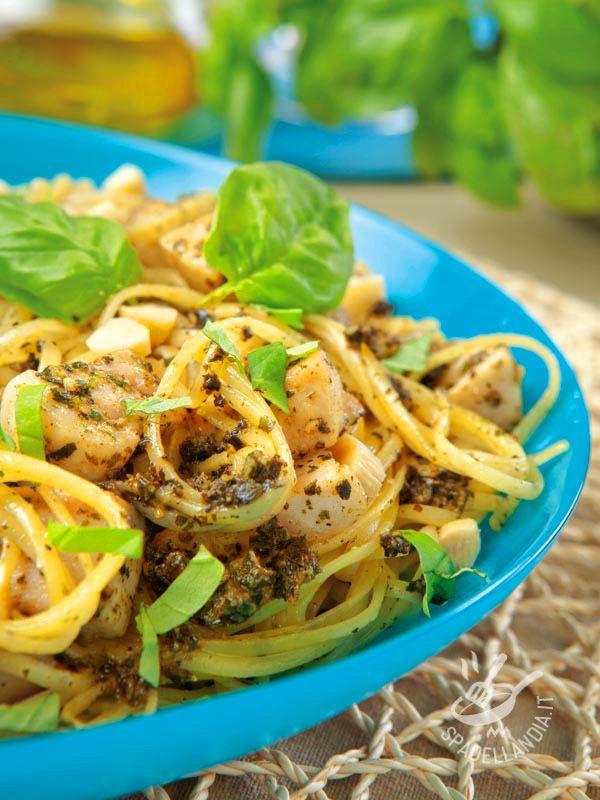 Le Linguine al pesce spada coniugano il gusto di un ingrediente saporito come il pesce spada con l'aroma delicato delle mandorle mediterranee.