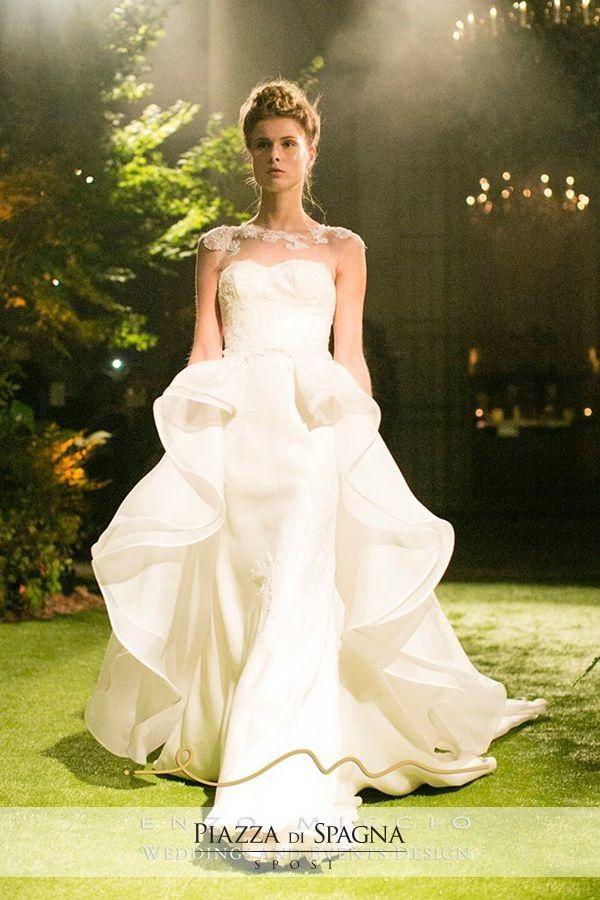 Romantica ma sofisticata, è la Bridal Collection 2016 di #EnzoMiccio. Guarda tutti i suoi abiti su http://www.piazzadispagnasposi.it/collezioni/sposa/enzo-miccio-abiti/