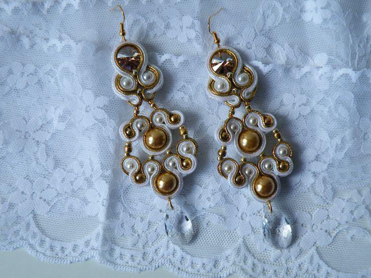 Orecchini Soutache Oro-Bianco Premium con Rivoli e perle Swarovski, goccia in cristallo Bohemia e monachella dorata nickel free.