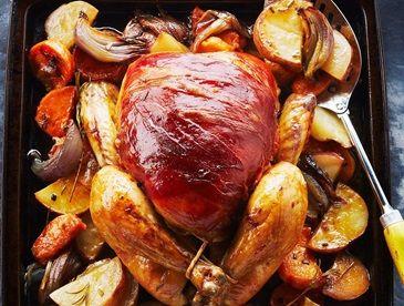 Poulet grillé enveloppé de prosciutto sur lit de légumes racines