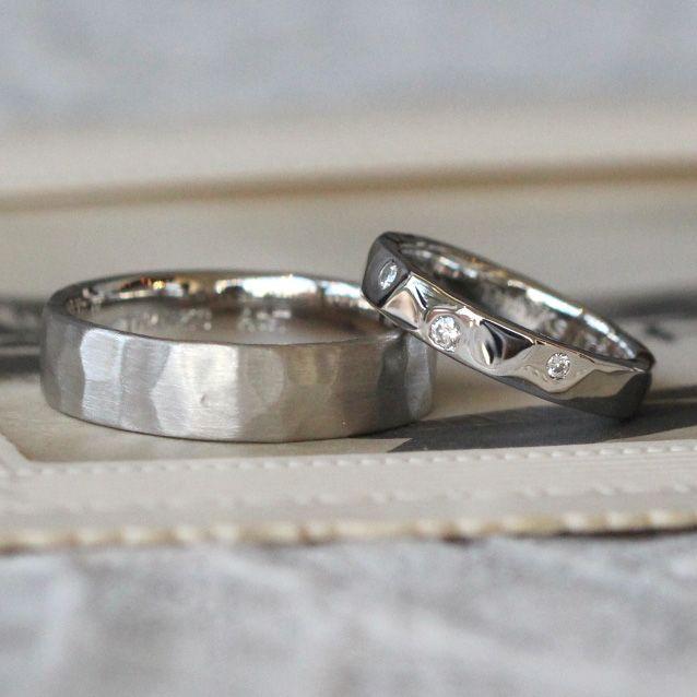 槌目の平打ちリング 男性はつや消し、女性は鏡面仕上げ。リングの表面にダイヤモンドをランダムにお入れしました。 [結婚指輪,マリッジリング,marriage,bridal,wedding,ring,pt900,ダイヤモンド,diamond]