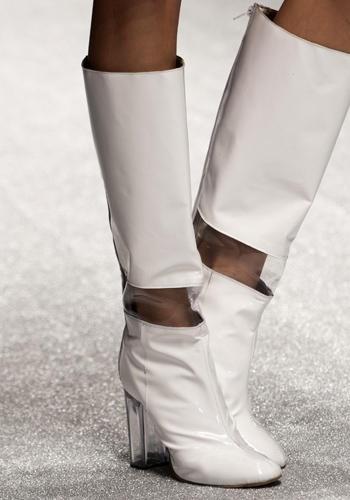 Sposa bagnata, sposa fortunata! Gli stivali in pelle con inserto in pvc e tacco in plexi sono provvidenziali.    Laura Biagiotti, sfilata primavera-estate 2013
