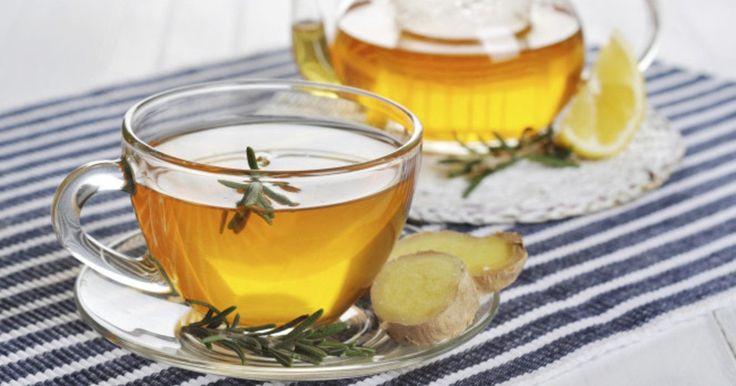 Wer mit Detox-Tee entschlacken möchte, kann sich verschiedene, leckere Heißgetränke ganz leicht selber machen. Frische Kräuter und Gewürze in der Zutatenliste sind dabei nicht nur lecker, sondern auch ausgesprochen gesund.