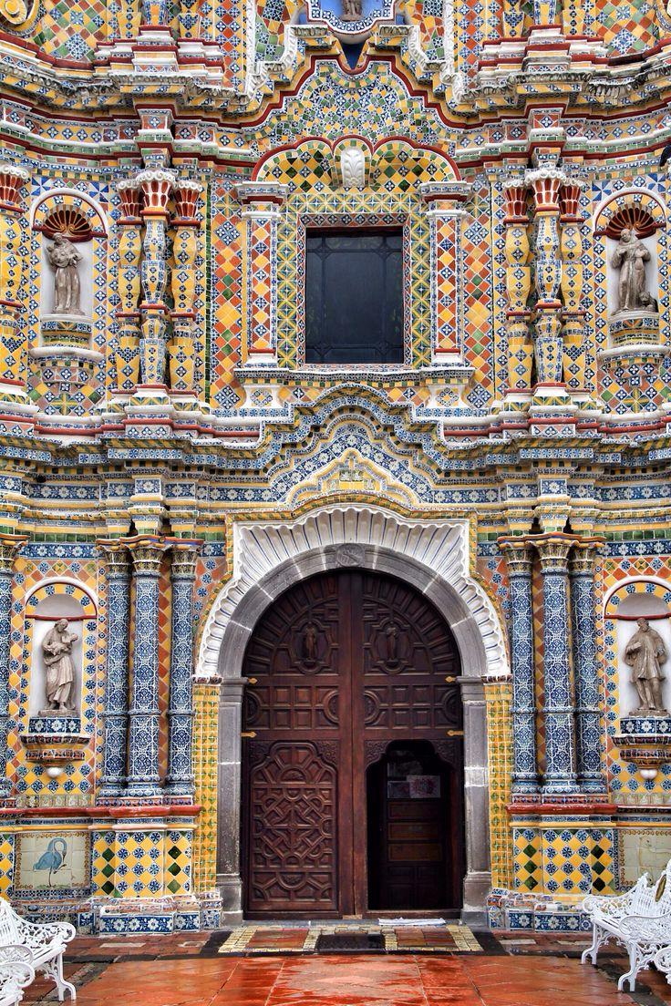 Este es la Iglesia San Francisco Acatepec en Puebla, México. La iglesia es una edificio colonial y tiene un intrincado diseño. En al final del siglo 18, el templo fue construido.