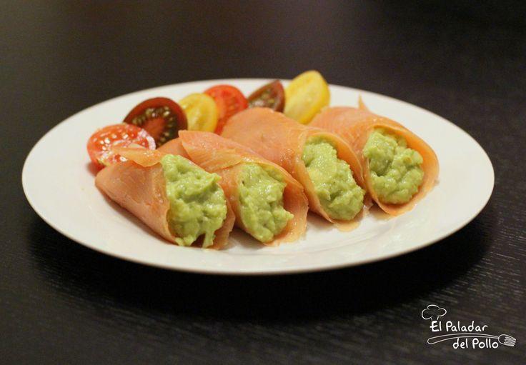 Rollitos de salmón ahumado y guacamole casero. Cena saludable.