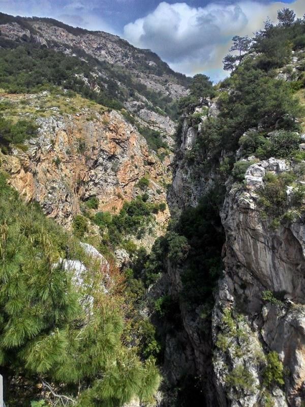 Mağaraya ulaşım, Sarıseki yolundan Azganlı Köyü Dutlu mevkiine, oradan da Kurşunlu mevkiine kadar stabilize bir yolla sağlanır. Bu noktadan sonra İncelcelep mevkiine, ormanlık bir alandan patika bir yolla yaya olarak gidilir. Buradan da mağaraya 30 m. kadar yukarı tırmanılarak ulaşılır.