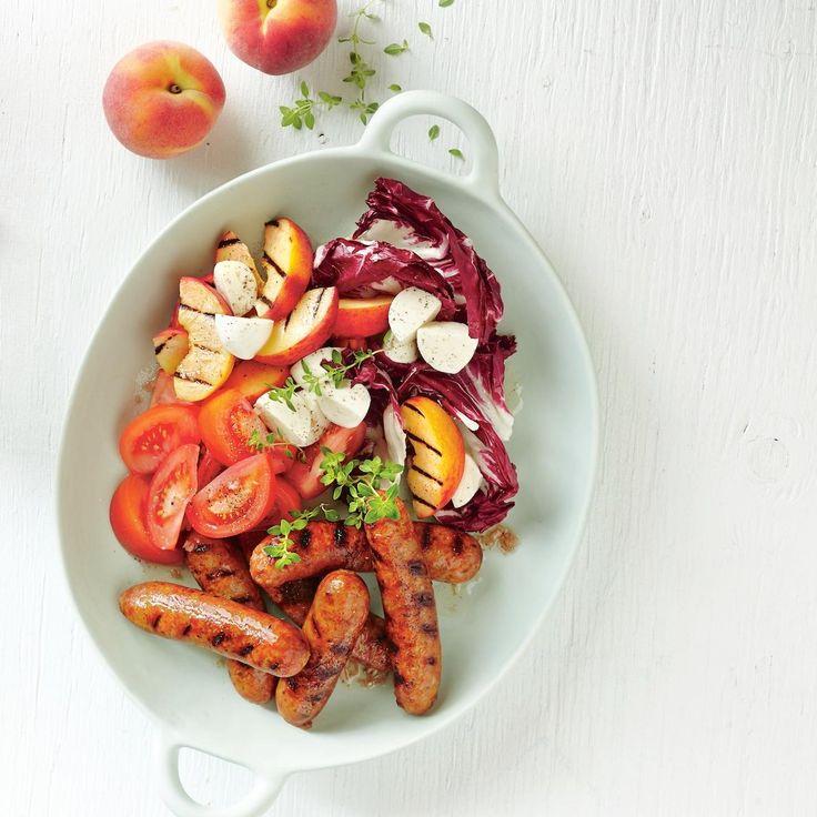Saucisses et salade de pêches grillées et tomates