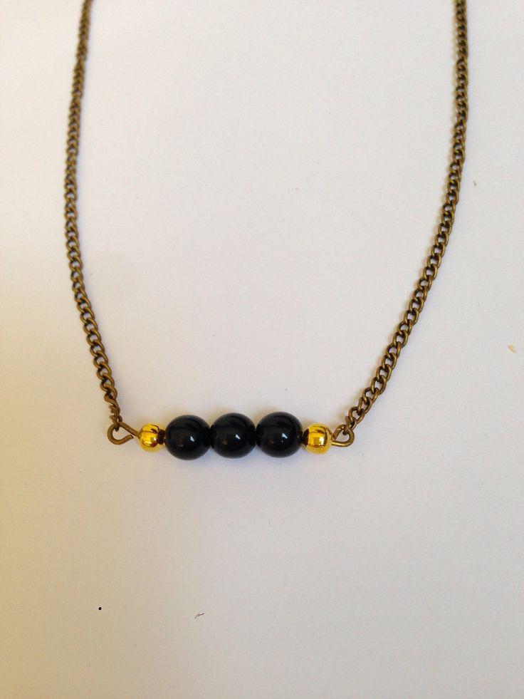 Collier en chaîne et perles noires et dorées : Collier par ninoubijoux
