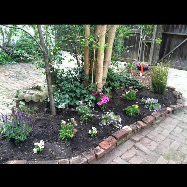 Flower bed around trees in front yard garden design for Front yard flower bed designs