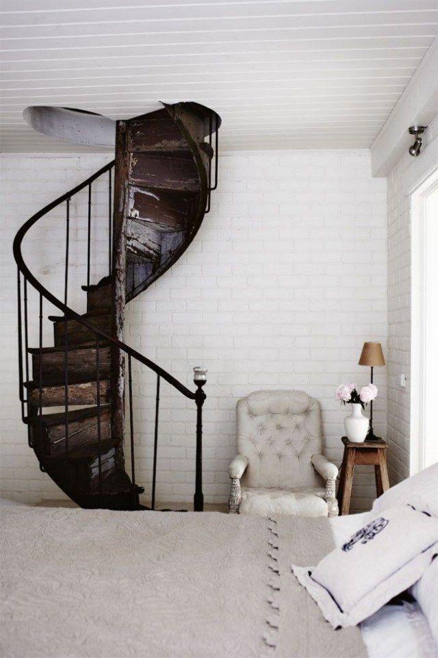 un escalier en colimaçon en bois rustique à barreaudage