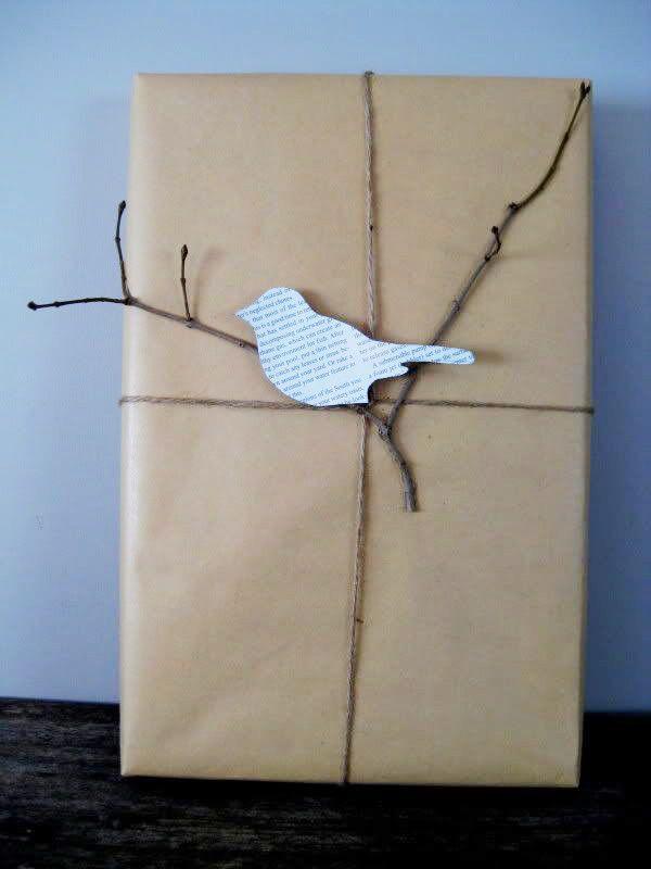 Packpapier, Packschnur und einen vertrockneten Zweig als Geschenkverpackung – hast du nen Vogel? Ja, aus Zeitungspapier. Genau der gibt dem Ganzen den nötigen Pfiff!