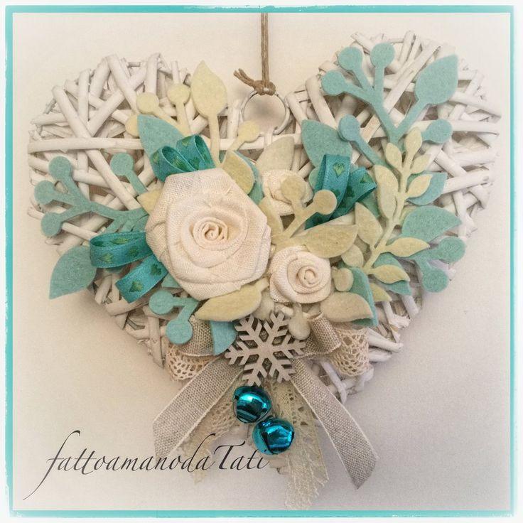 Cuore di vimini bianco con rose bianche ,rametti azzurri e fiocco di neve , by fattoamanodaTati, 28,00 € su misshobby.com