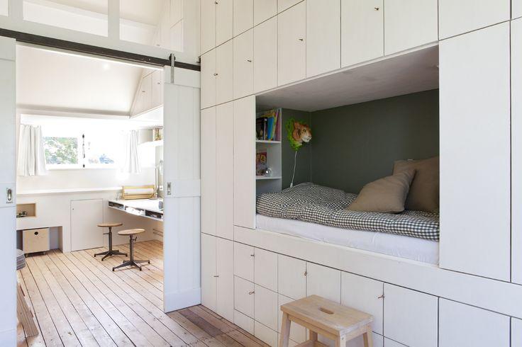 studio-Ei --  Zolder 1: Heemstede.  Ontwerp zolderetage met meubelontwerpen, kastenwanden, schuifdeur, dakkapel, badkamer, bedstee en slaapzolder.   Design: www.studio-ei.nl  Fotografie: www.jkf.nl